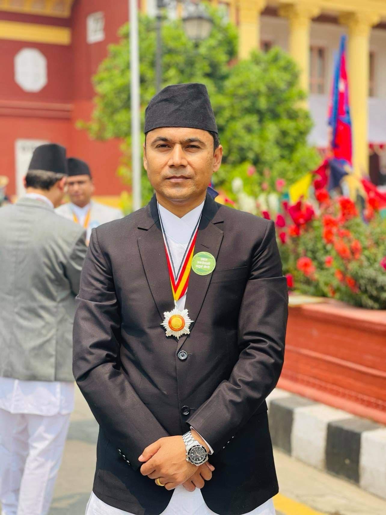 उच्च मूल्यांकन गर्दै नेपाल सरकारद्धारा गोलबजार नपाका प्रमुख प्रशासकीय अधिकृत केसी बिभूषित