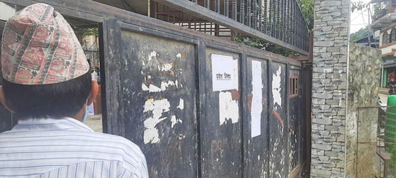 मेलम्चीमा राहत वितरणमा लफडा ! बाढीपीडित बसेको ठाउँमा प्रवेश निषेध